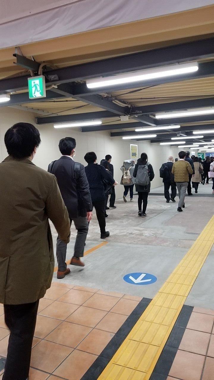 駅出入口工事中の長い仮の通路