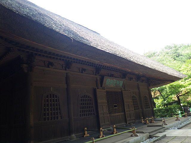 茅葺屋根の仏殿