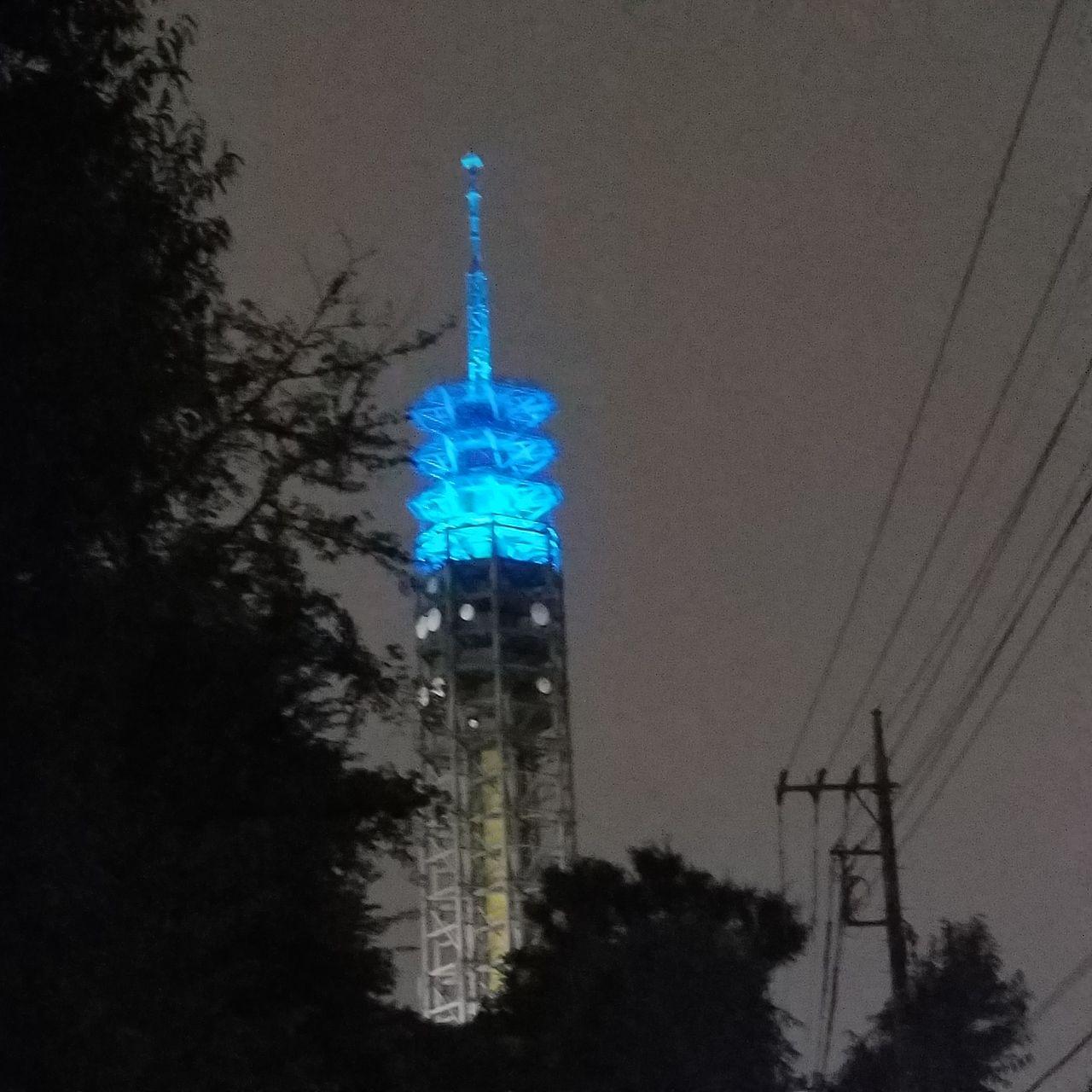 水色にライトアップされた雨にけむるカイタワー西東京