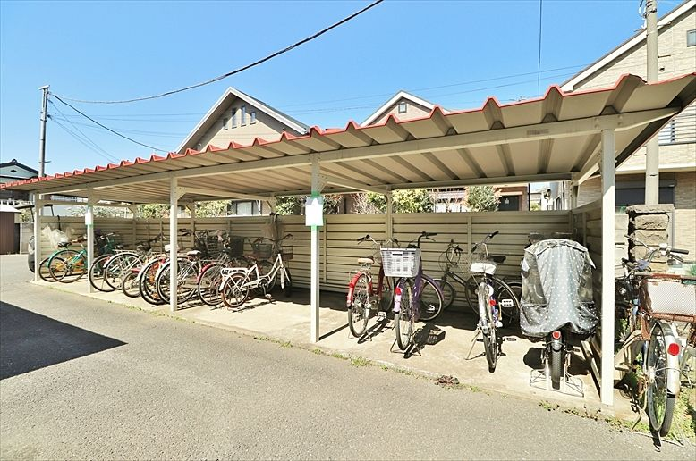 屋根付きの広い駐輪場