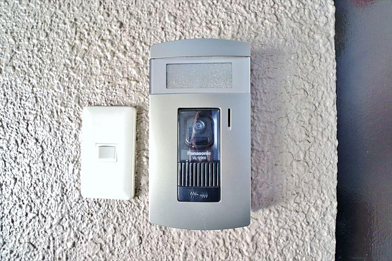 玄関わきのテレビモニタ付きインタフォン