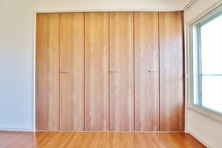 大型の木目調の落ち着いた収納扉
