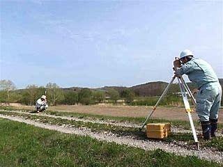 測量士による測量の光景