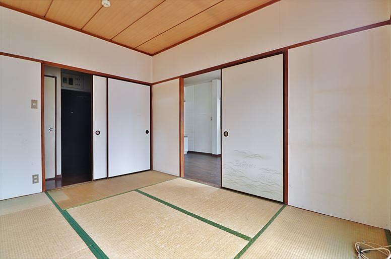 襖で仕切られた和室