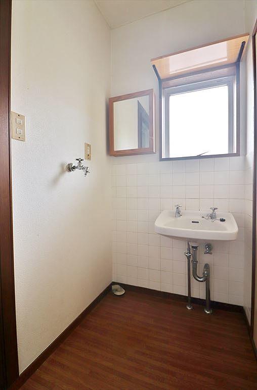 スペースはありますが小さな洗面台
