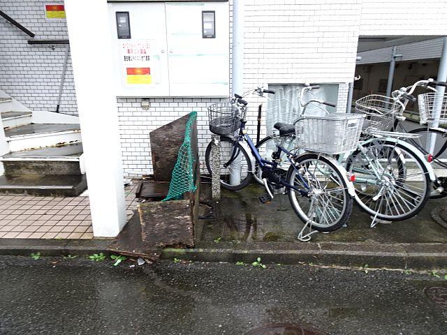 自転車置場とゴミ箱