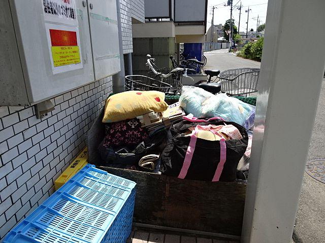 ゴミ置場にあふれるほど積まれたゴミ。