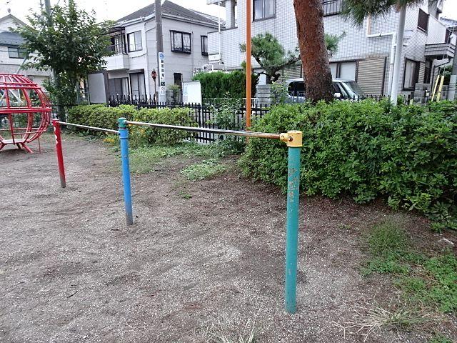最近は無いところもある公園の鉄棒