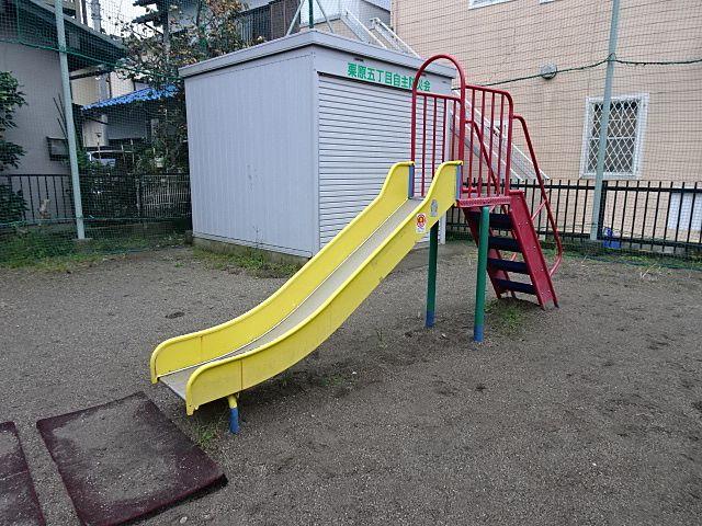 公園カラーの滑り台