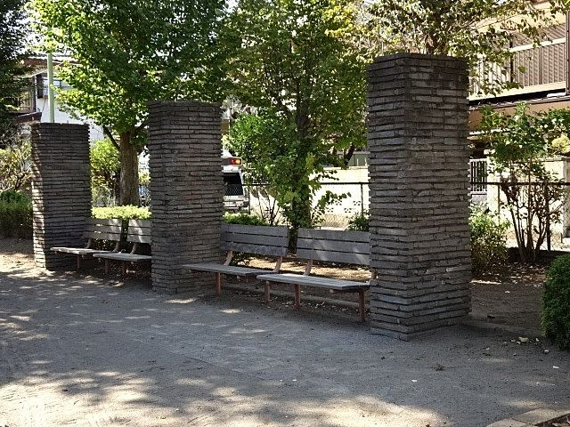 ベンチはいくつかありますが、木陰のベンチ