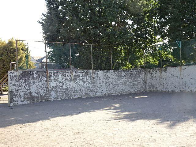 塀で区切られた広場