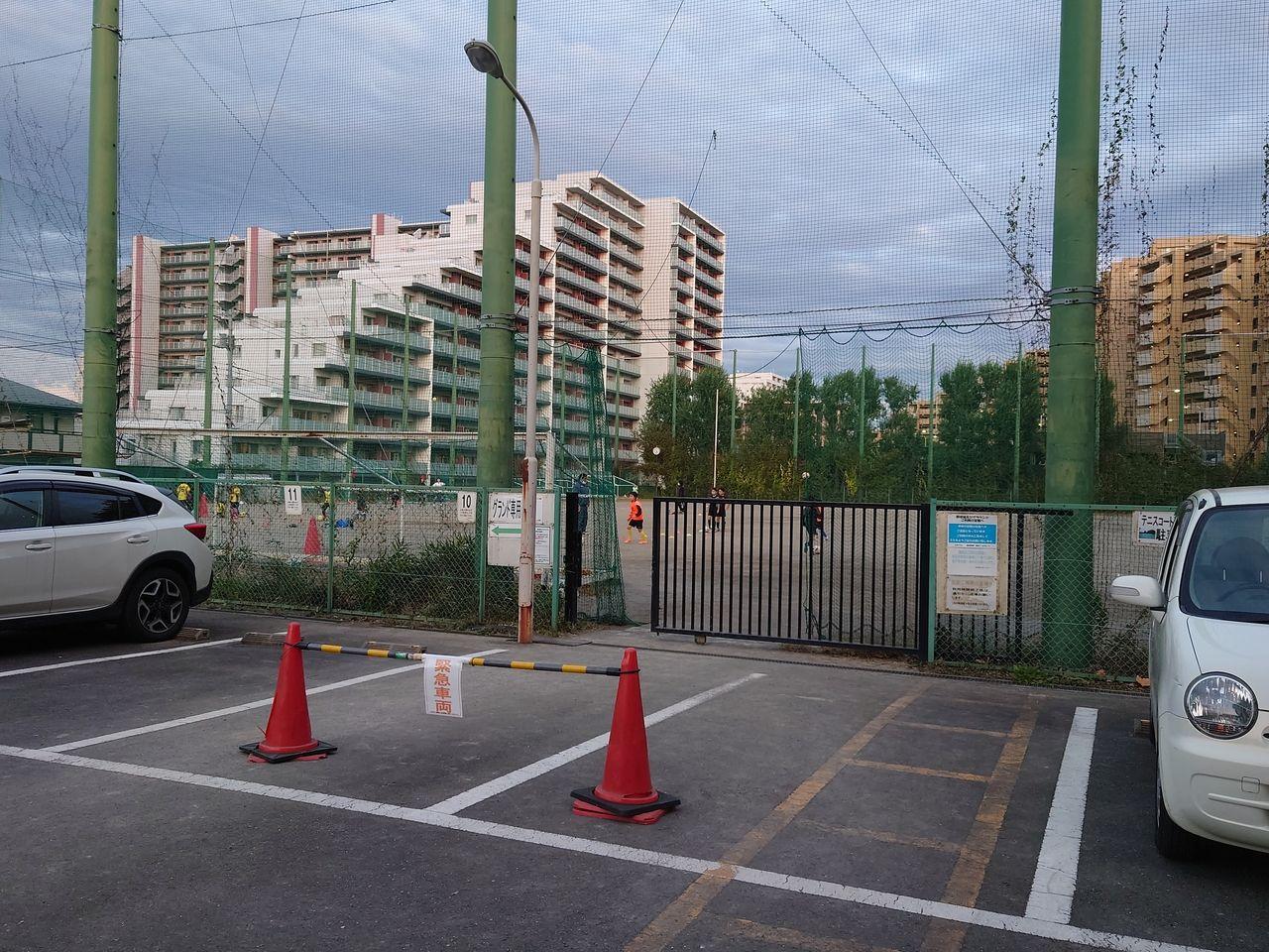 高いネットのある野球場