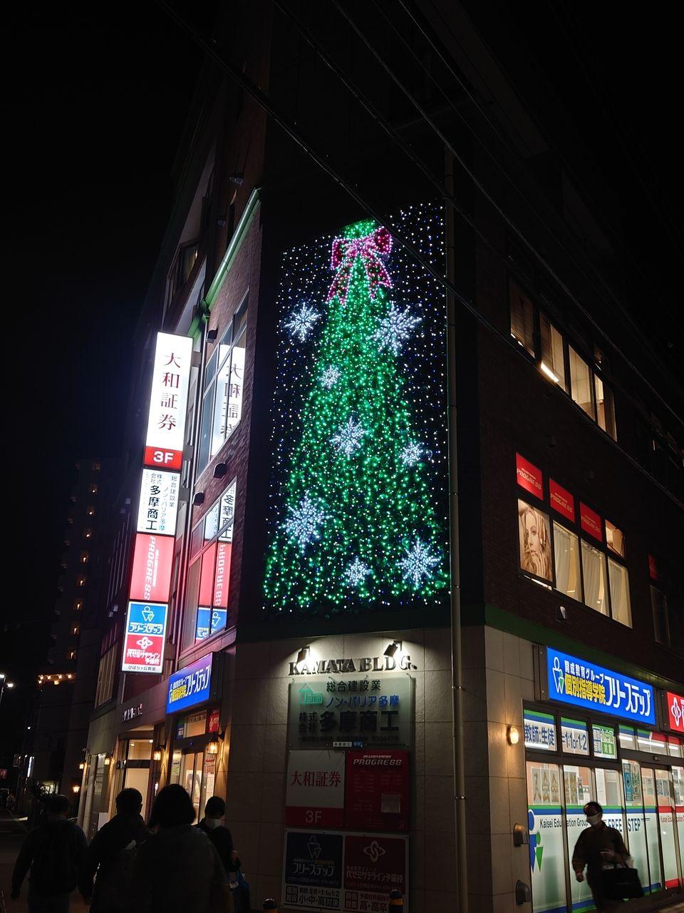 門福手前の鎌田ビルのクリスマスツリー