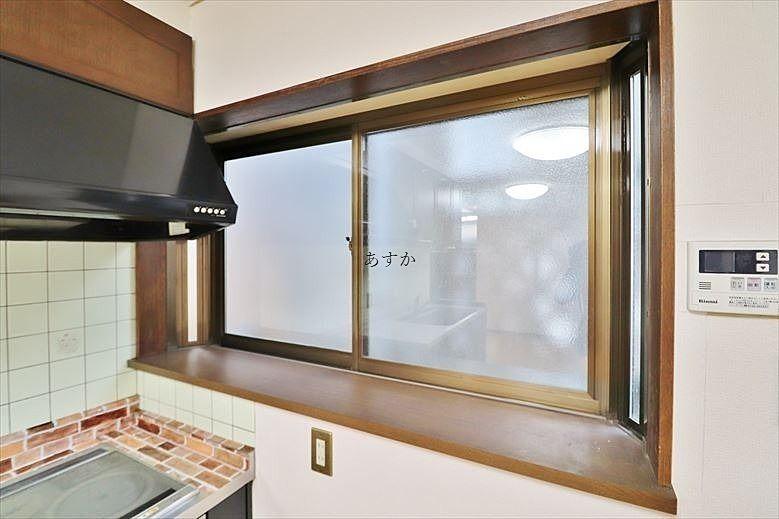 キッチン脇の出窓はちょっと物も置けるので便利