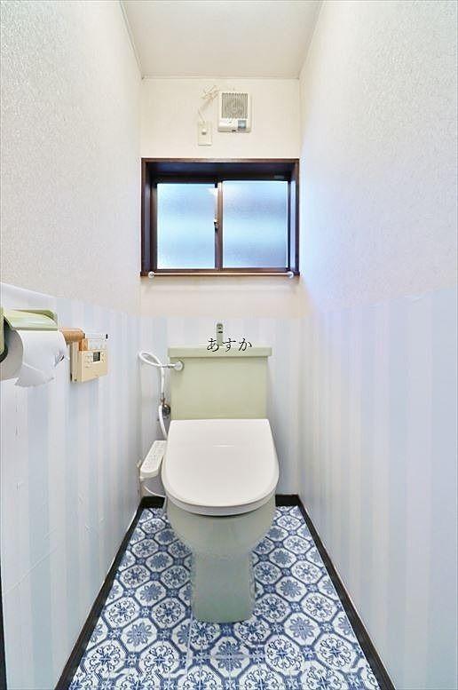 ウオシュレットもついて窓のあるトイレ