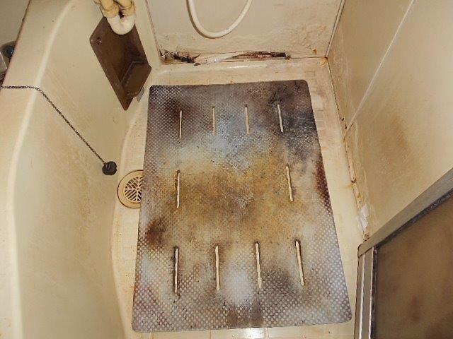 洗い場の腐食した床