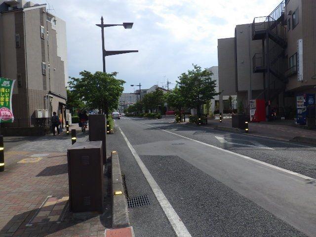 駅前までまっすぐ続くバス通り