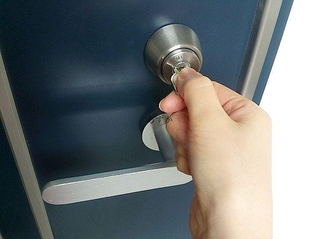 玄関の鍵をあける