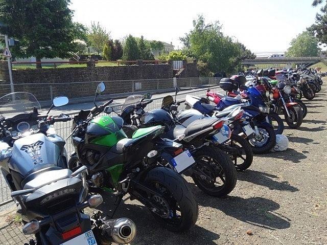 たくさんのバイクが置かれている