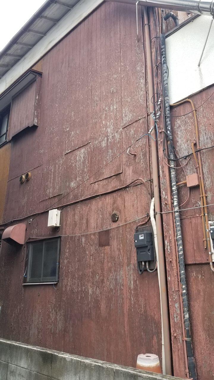 板塀がぺりぺりとはがれる状況