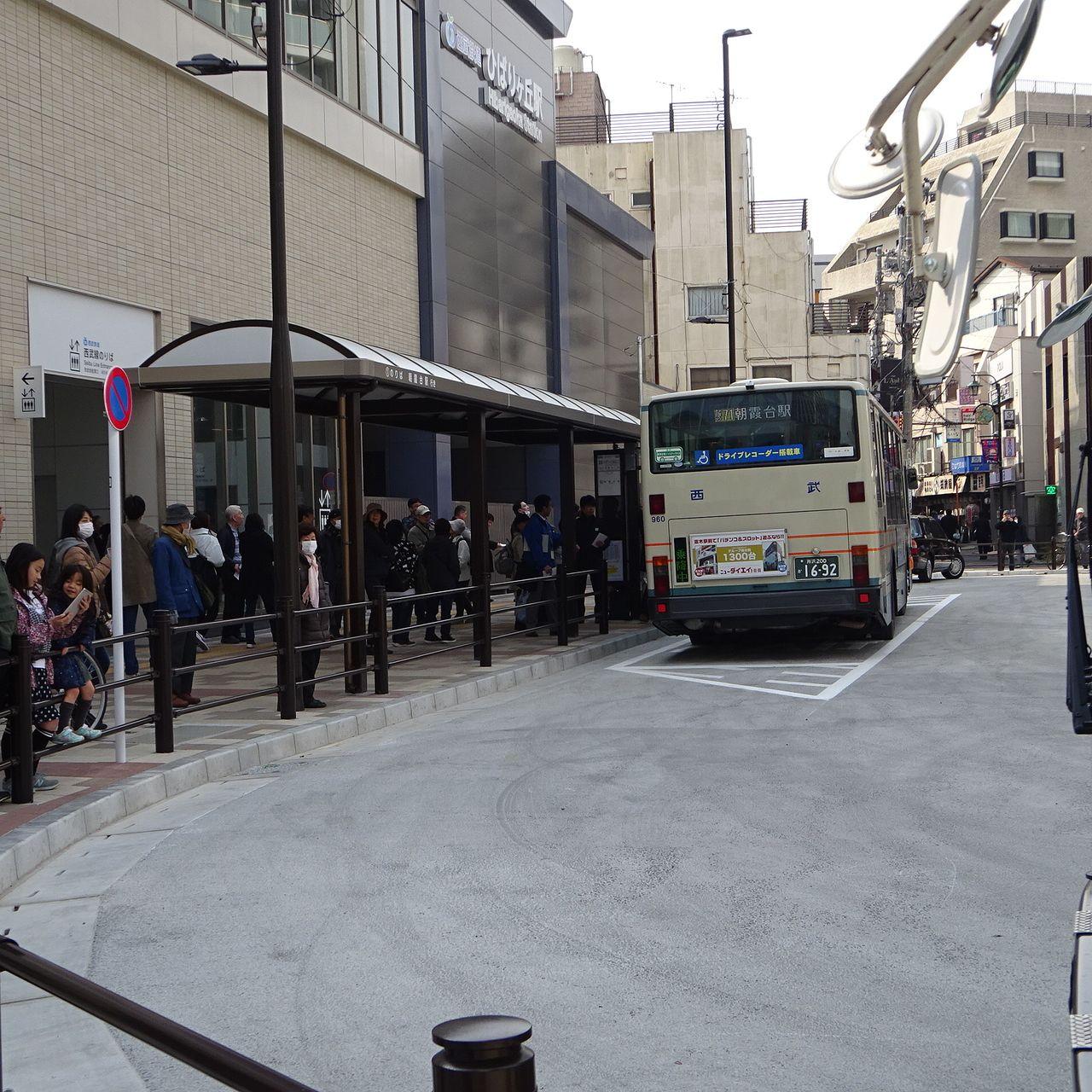 混みあうバス停の様子