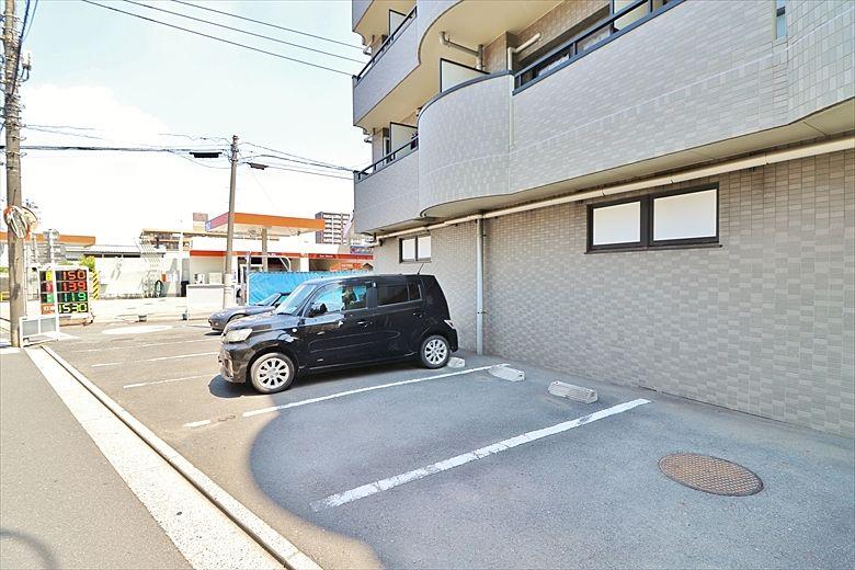 マンション裏側の駐車場