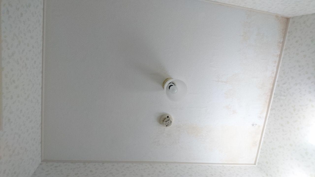 水漏れによりシミのできた天井