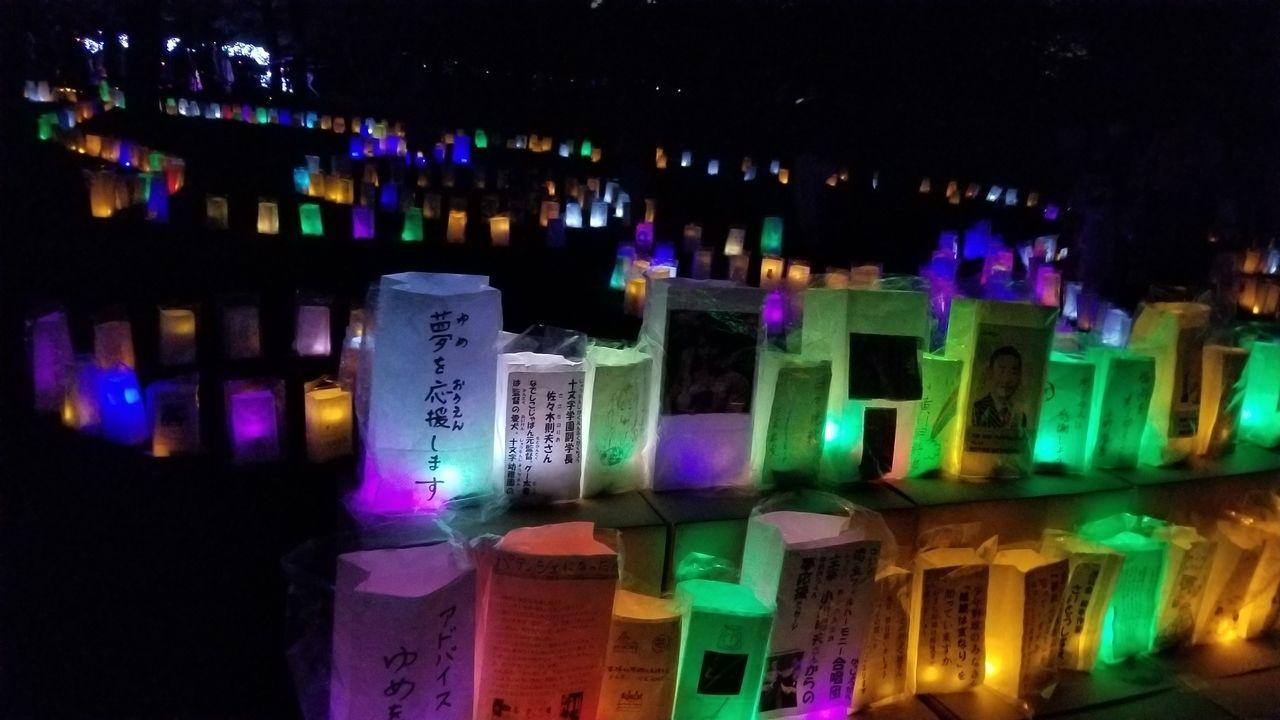 周辺一帯に飾られる灯ろう