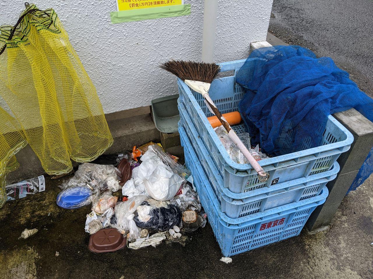 カゴの中にも不法投棄ゴミとカラスに荒らされたゴミ
