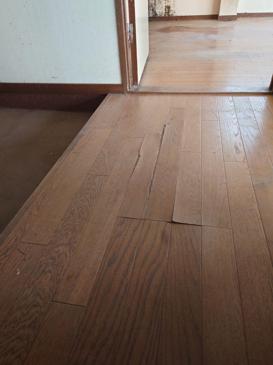 床板が剥がれている