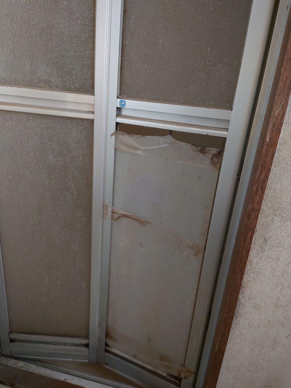 折れ戸は割られています。