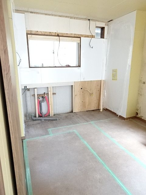 古いキッチンを外し、壁も張り直し