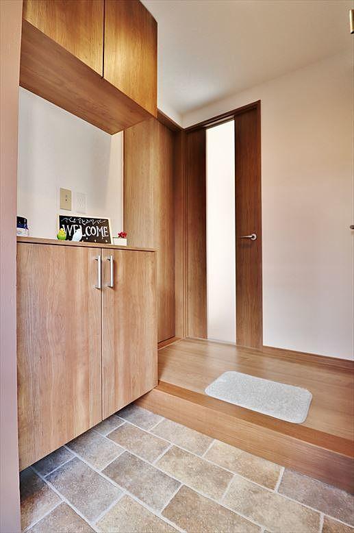 玄関から木目調の内装