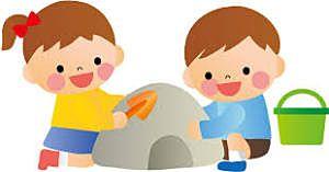 楽しく泥遊びをする子供
