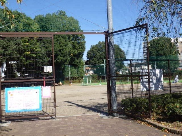 アプローチゾーンから直ぐのところにあるボール遊びの出来る広場