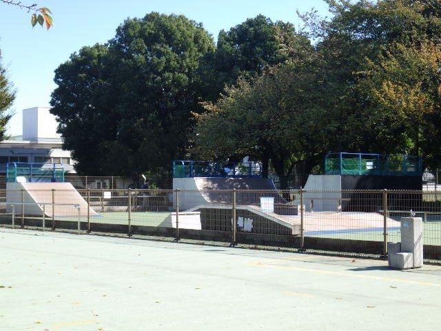 スケート用の用具のある広場