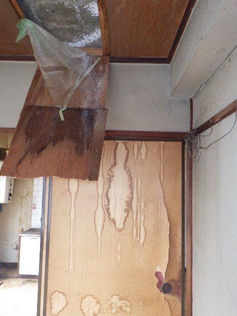 長期間雨が漏って部屋中にシミが出来ている