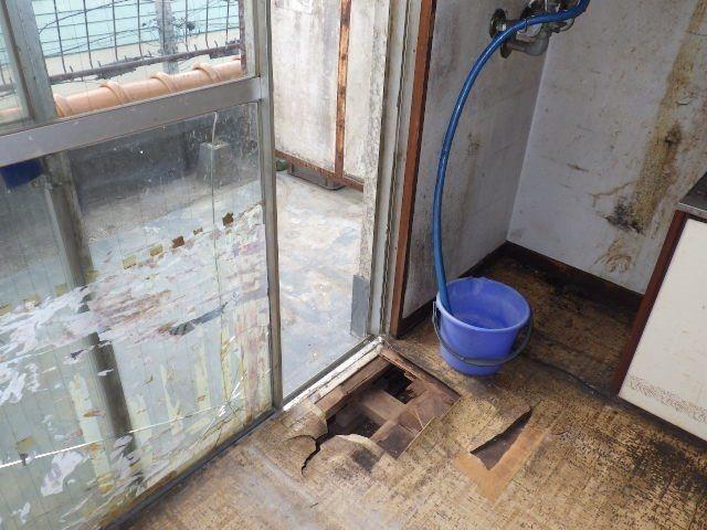 水が漏れて腐ってしまった床