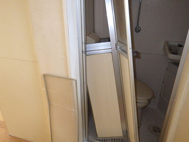 ドアは壊れてぶら下がっています。