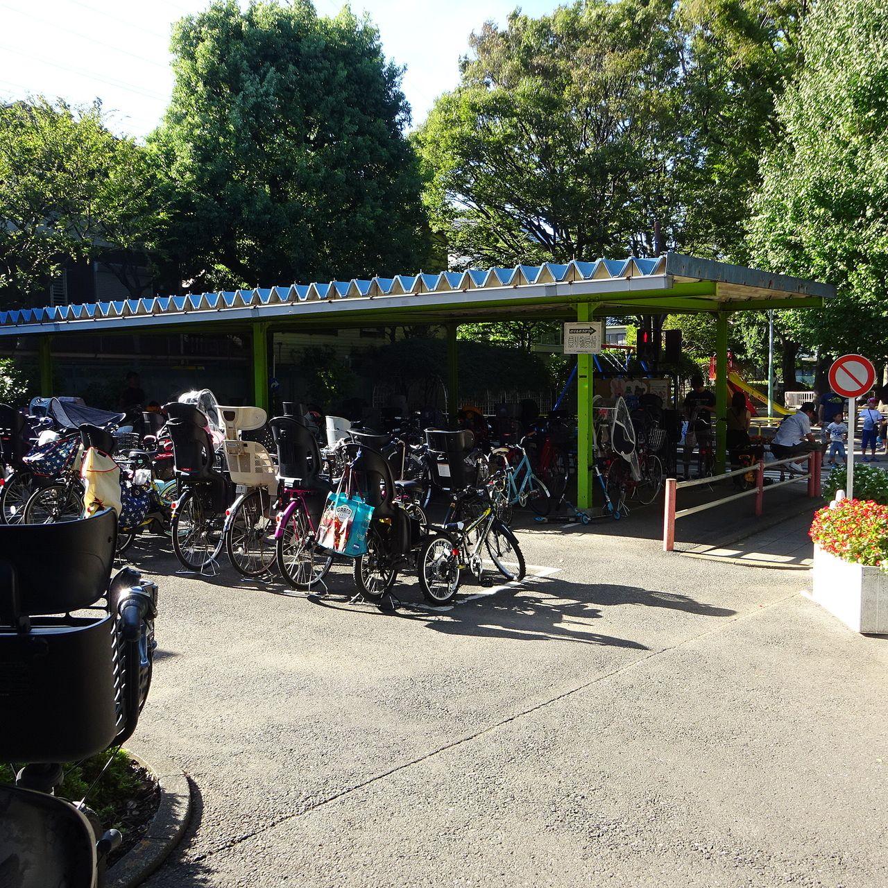 園内は借りた自転車のみが走れます