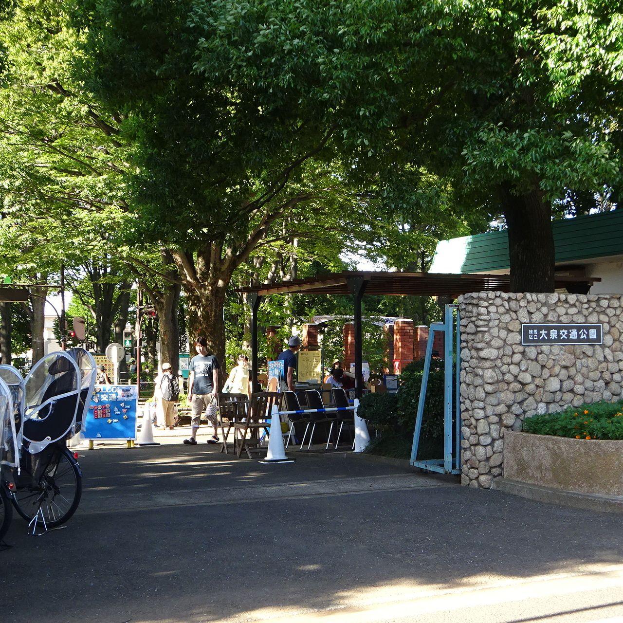 自転車置場、受付のある入口