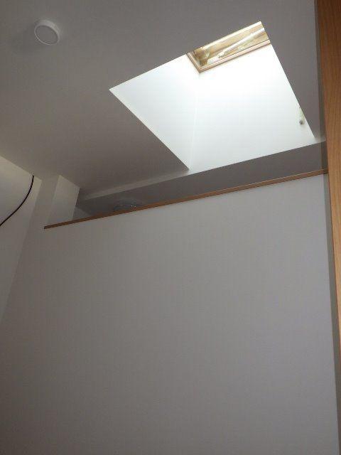 玄関を入ると光の差し込む天窓