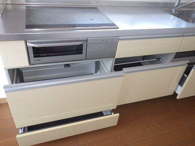 収納のたっぷりある大きなシステムキッチン