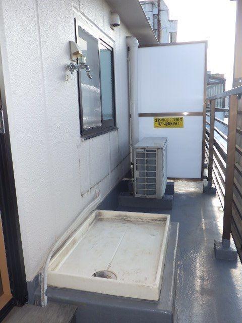 屋根のあるバルコニーに外用の洗濯機もおけます。