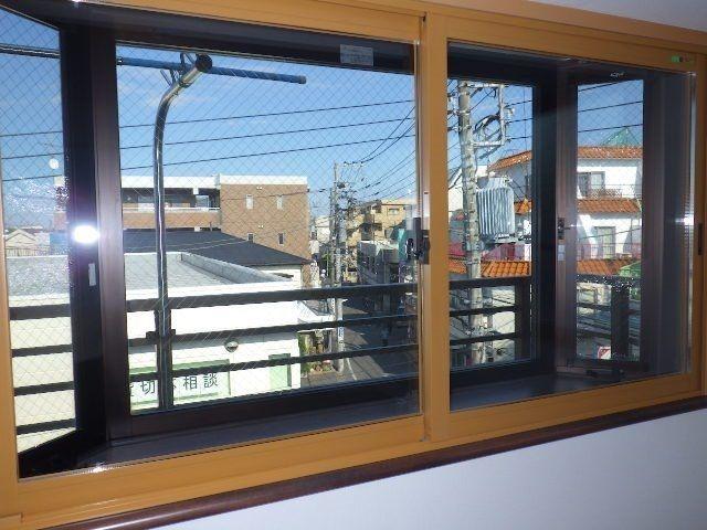 外に向かう窓は2重サッシにしてあります。