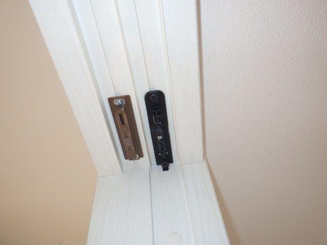 居室とリビングの間の引き戸。ゆっくりとしまる自動クローザー