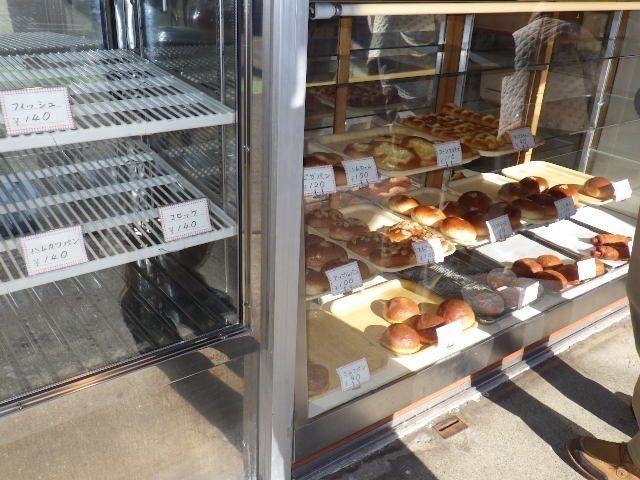 左の棚のコロッケパンなどは既に11時前に売り切れ