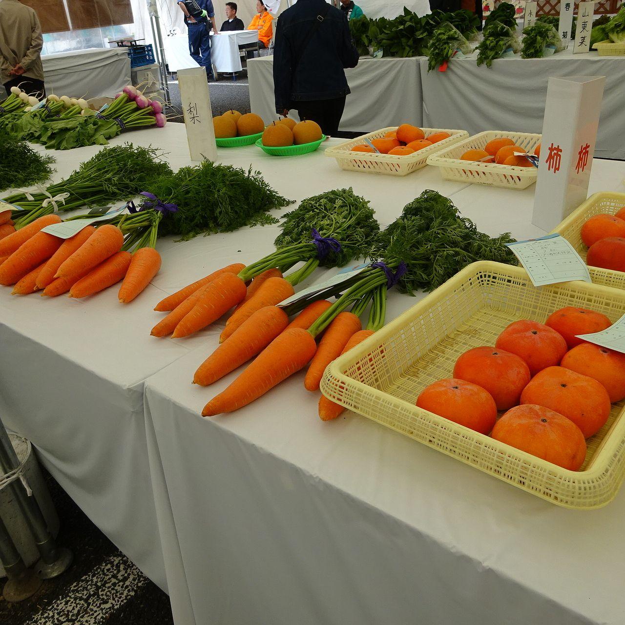 農業コーナーテント内の野菜品評会