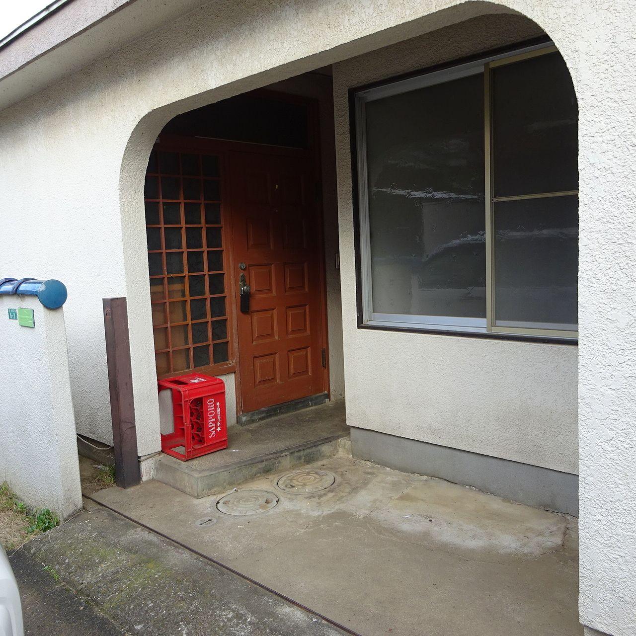 玄関前の屋根付スペース